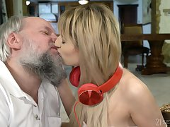 Teen amateur blonde vixen Sarah Cute gets a facial from an age-old guy