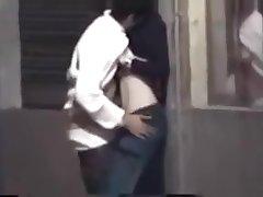 Une brunette en jeans se fait doigter dans la rue exhib