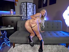 Kenzie Taylor adores to show her naked and perfect crowd to the camera