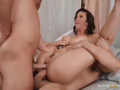 Milf tries several cocks in the same time with an increment of she's crazy about it
